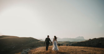 sétáló szerelmes pár